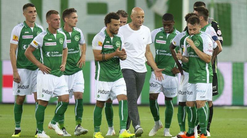 Peter Zeidler et les joueurs du FC Saint-Gall quittent le terrain après leur victoire face à Sarpsborg.