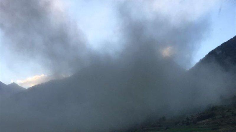 L'éboulement a créé un énorme nuage de poussière, qui s'est répandu dans la vallée.