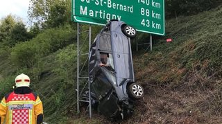 Montreux: son véhicule fonce dans un panneau autoroutier