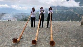 """Des participantes au concours """"off"""" du Festival international de cor des Alpes de Nendaz interprètent """"Annado"""" de Nathalie Monory."""