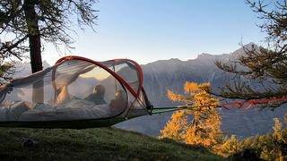 En Entremont, on peut passer une nuit à 1m 50 du sol, dans une tente suspendue entre deux arbres