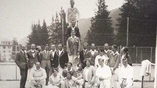 Morgins: en jupe et pantalon blancs, jouer au tennis comme dans les années 1920-1930