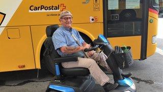A cause de son scooter électrique, un Valaisan se voit refuser l'accès à deux cars postaux