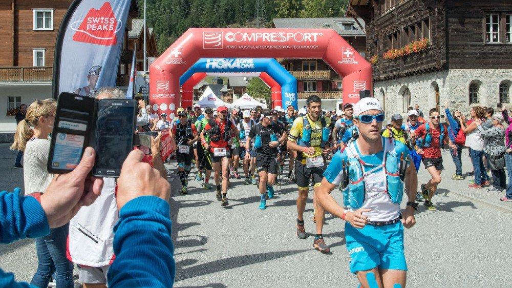 Les 327 coureurs inscrits à la version 360 kilomètres du Swiss Peaks Trail se sont élancés d'Oberwald dimanche à 13 heures.