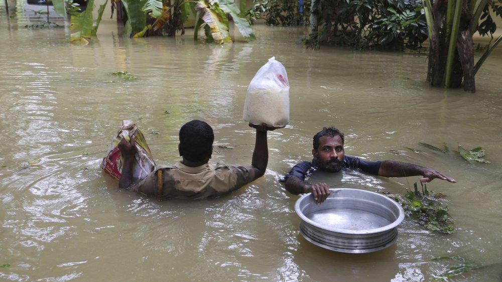 Inondations en Inde: le bilan grimpe à plus de 350 morts, milliers de personnes piégées