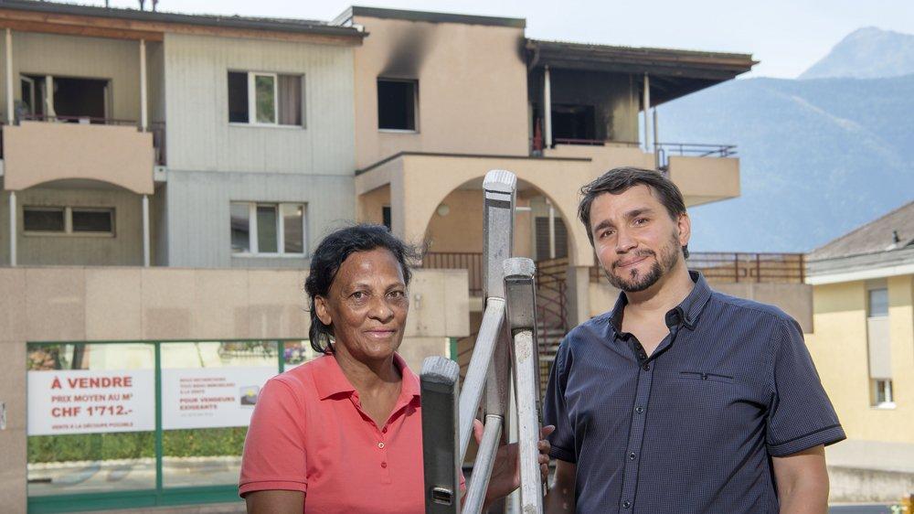 Marie-Christiane Bender, ici avec un autre secouriste, Alain Léger, devant le logement où ils sont intervenus à Fully le 30 juillet 2018.