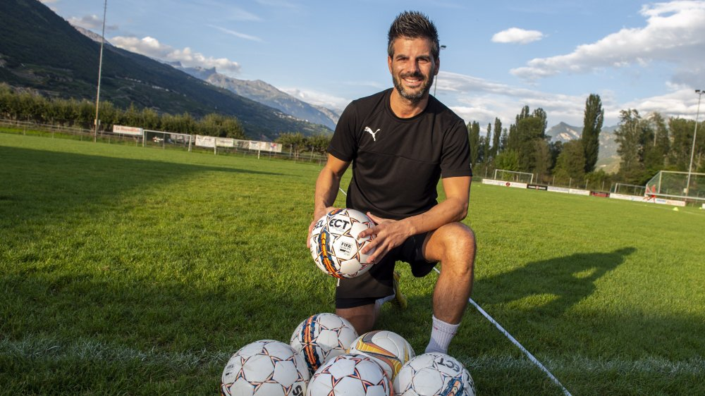 Dino Perdichizzi transmet son expérience aux jeunes du FC Saint-Léonard.