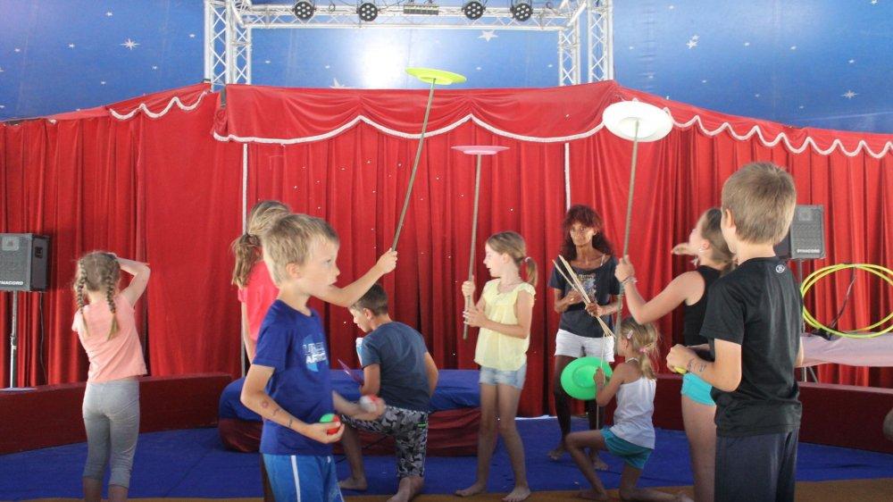 Jonglage et jeux d'équilibre font partie de la  matière  enseignée.