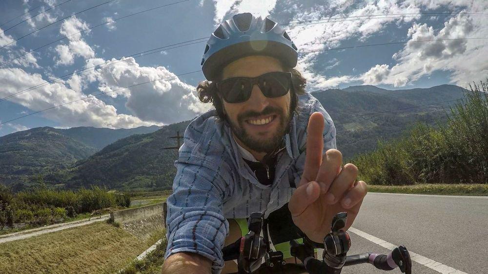 Dimitri Egger ce mercredi en direct de Conthey, alors qu'il effectue ses 180 km de vélo.