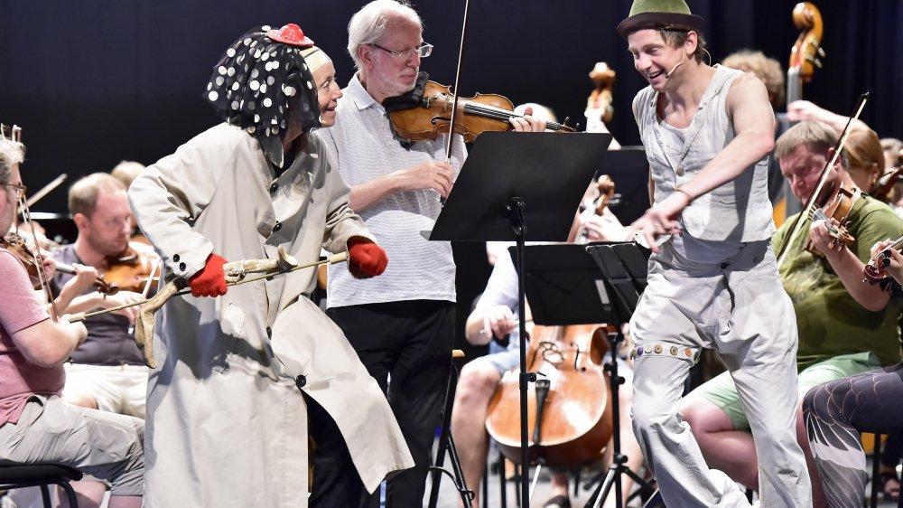 Lors de la répétition, Gidon Kremer entouré des clowns Catherine Germain et Julien Cottereau et accompagné par son ensemble, Kremerata Baltica.