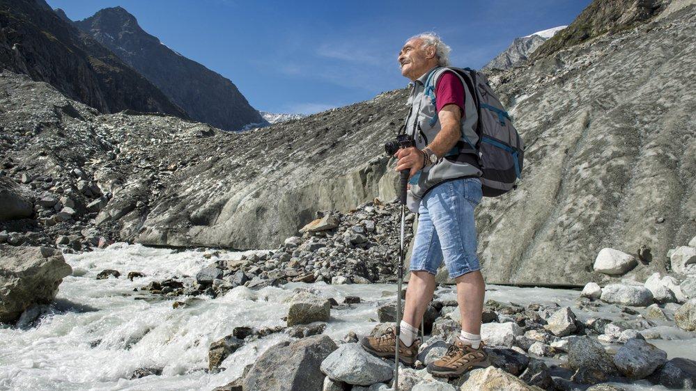 Hilaire Dumoulin, auteur d'un ouvrage de référence sur la disparition des glaciers, arpente les Alpes afin de suivre leur évolution précise, surtout en cette période caniculaire.