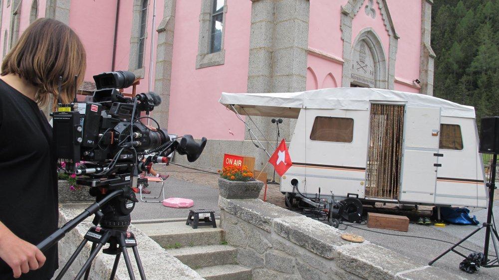 Au pied de la fameuse église rose, Caravane FM invite les habitants de Trient à se livrer. Leurs témoignages sont transmis en direct dans le village. Le reportage télé sera diffusé en décembre.