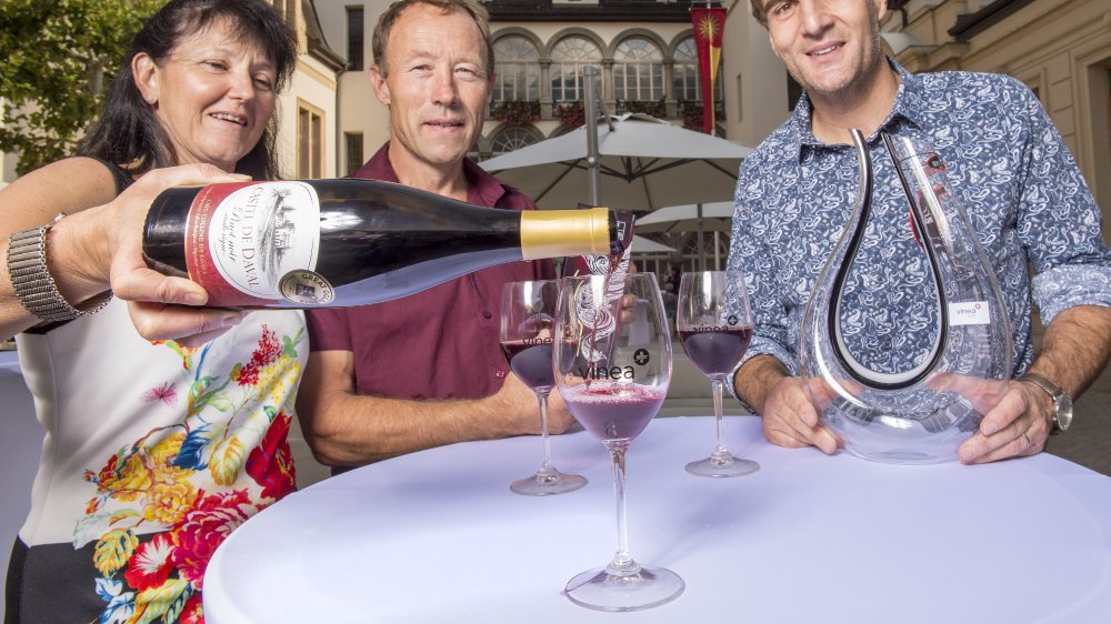 Les lauréats valaisans du Mondial des Pinots - Monique et Bertrand Caloz (Domaine de Daval), médaille Grand Or, et Robert Taramarcaz (Domaine des Muses), seconde place de la catégorie Gran Maestro  .