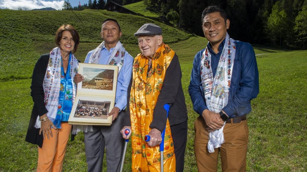 Pour les dix ans de son association Luklass, Denis Bertholet est entouré de Véronique Coppey la présidente de la structure, du maire de Lukla Nin Dorje Sherpa, ainsi que du coordinateur international de l'association Lakpa Thering Sherpa.