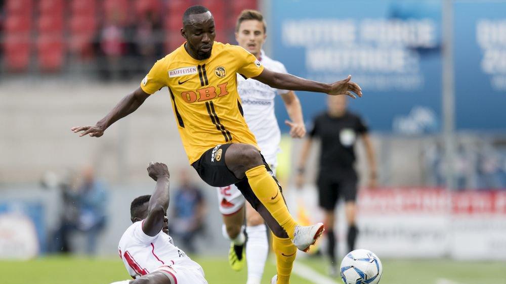 Birama Ndoye se retrouve à terre dans son duel avec Nicolas Ngamaleu, l'attaquant des Young Boys.