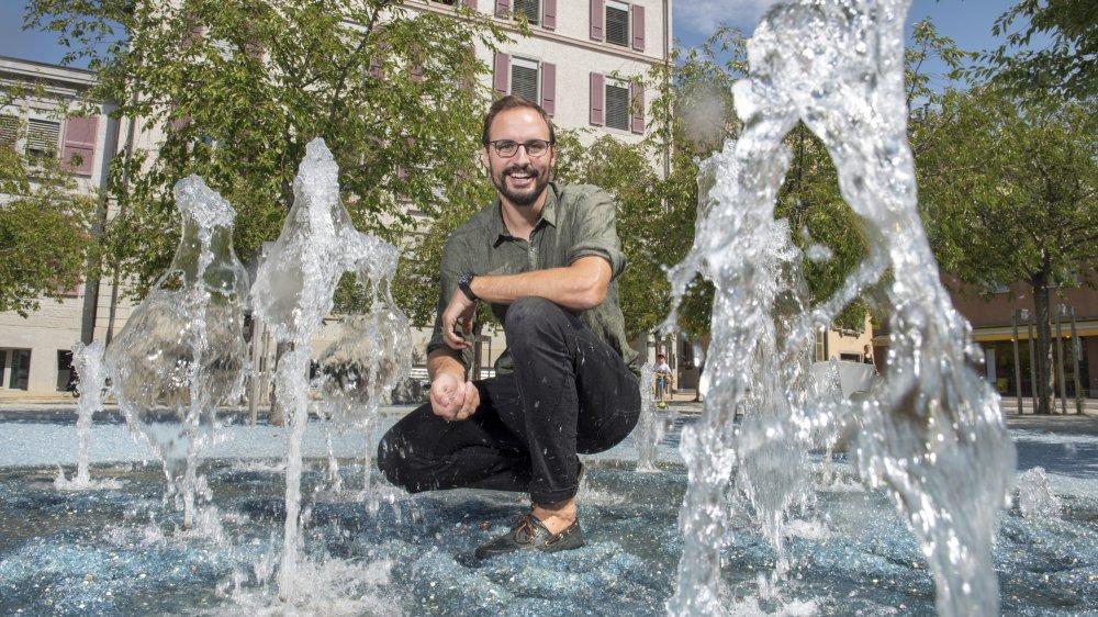 L'urbaniste Lionel Tudisco au milieu de l'espace des Remparts qui a été aménagé pour minimiser le réchauffement.