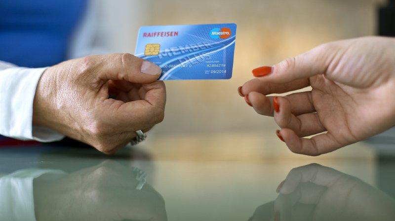 Dépenses: les paiements par carte de débit devancent les règlements en liquide