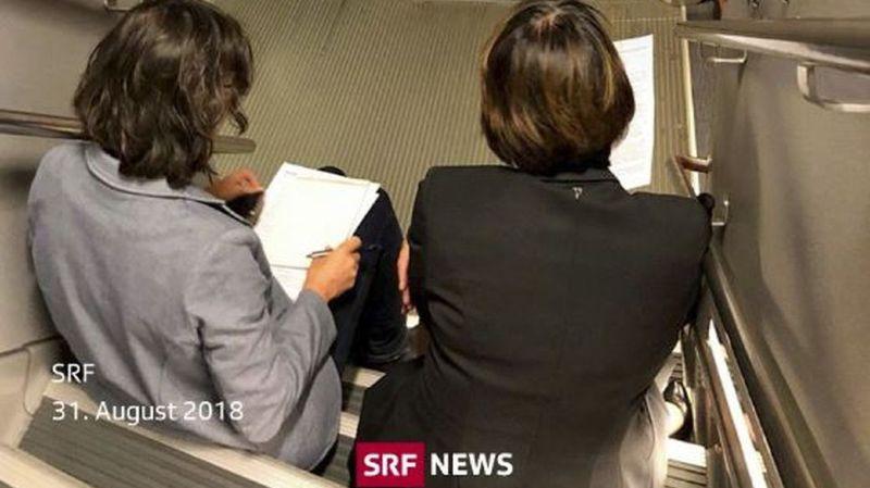 Doris Leuthard obligée de voyager sur les escaliers, faute de place assise dans le train