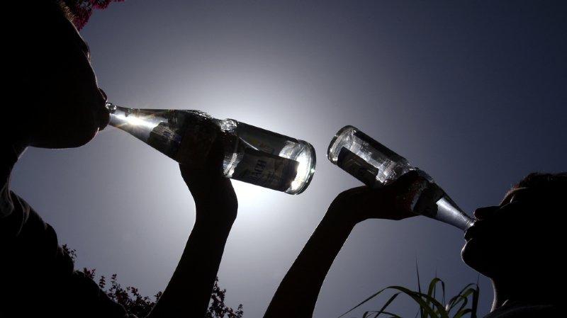 S'hydrater suffisamment, en buvant très régulièrement et sans attendre d'avoir soif: l'un des gestes capitaux à réaliser en cas de canicule.