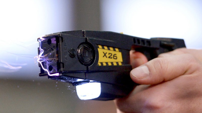 Le policier a utilisé le Taser plutôt que la force latérale alors que la femme munie d'un couteau se dirigeait vers lui.