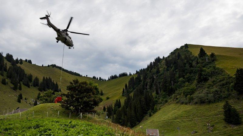 Un Super Puma en action sur l'alpage de la Culand au-dessus de Rossinière, dans le canton de Vaud.