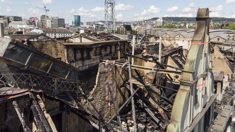 Les travaux d'évacuation des gravats sont toujours en cours, l'enquête pour établir les causes de l'incendie aussi.