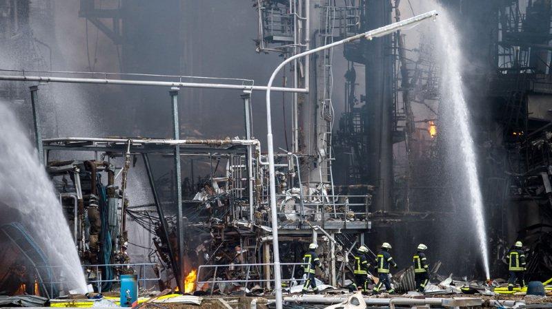 Huit employés blessés dans l'explosion et l'incendie d'une raffinerie en Allemagne