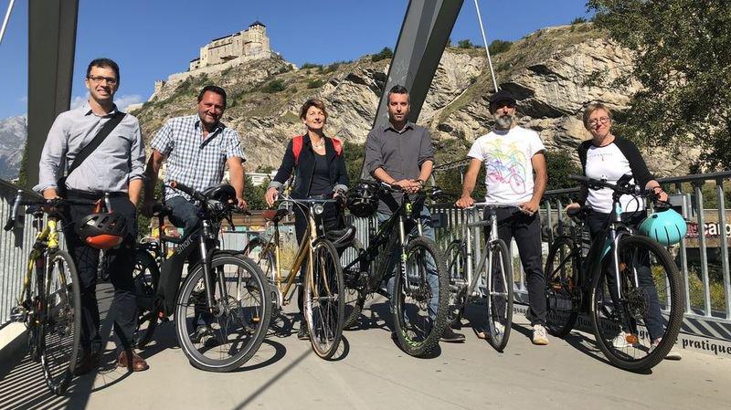 Florian Chappot (PS), Jean-Marie Bornet (RCV), Marianne Maret (PDC), Stéphane Ganzer (PLR), Lucien Barras (Les Verts) et Annick Clerc Bérod (Centre gauche - PCS) ont enfourché leur vélo sur la passerelle de Vissigen, à Sion, ce mercredi 5 septembre.