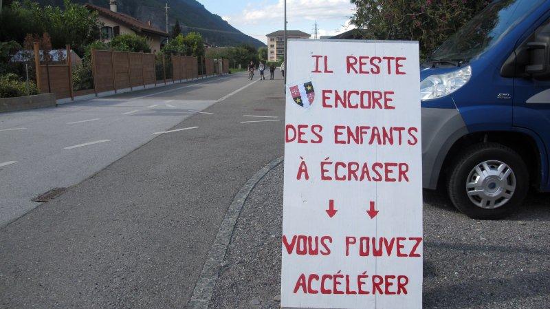 Ce panneau provocateur a été posé samedi à la rue de la Grande-Charrière, à Vernayaz.