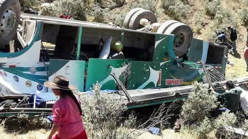 Pérou: au moins 15 passagers d'un car meurent après une chute de 50m dans un ravin