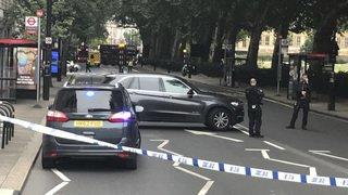 Londres: une voiture fonce sur les barrières du Parlement britannique et fait plusieurs blessés