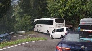 Champex-Lac: un bus polonais coincé dans un virage