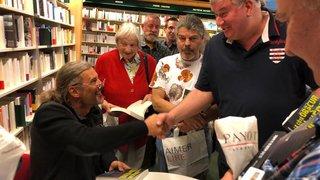 Valais: ils font la queue pour le livre d'Oskar Freysinger