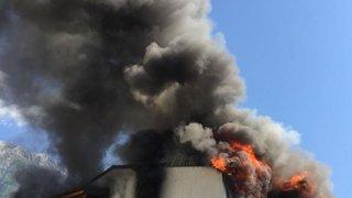 Fully: l'important incendie qui a fait rage à la rue de la Poste est maîtrisé