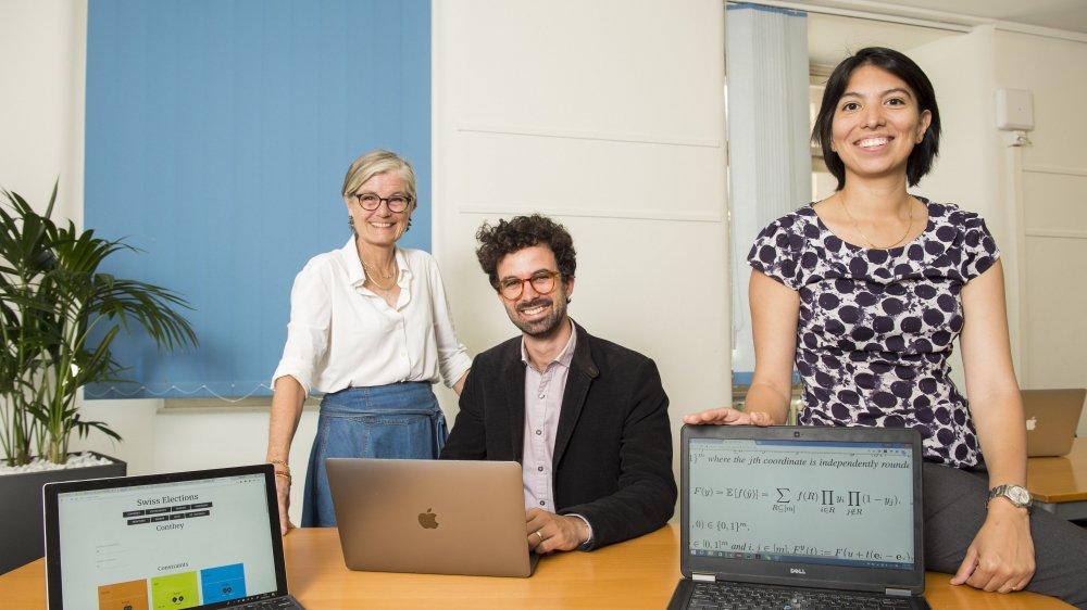 Membres du comité d'Appel citoyens, Bernadette Morand-Aymon et  Florian Evéquoz posent avec Elisa Celis, scientifique à l'EPFL.