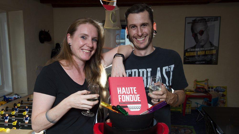"""Jennifer et Arnaud Favre ont compilé 52 recettes de fondue dans leur livre """"Haute Fondue"""" qui sera présenté au Festival du livre suisse à Sion."""
