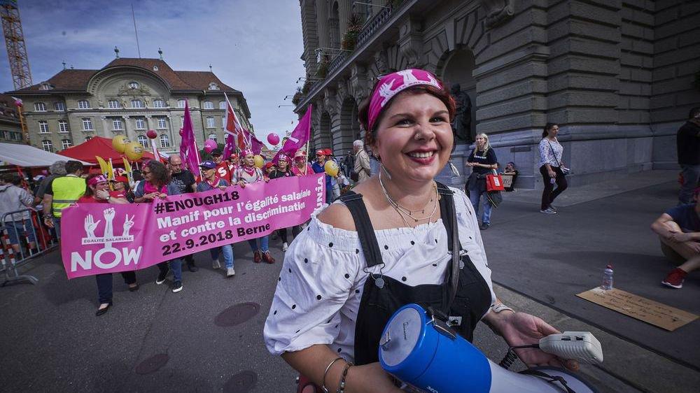 Les Valaisans tout en rose et en force pour manifester contre les inégalités salariales à Berne.