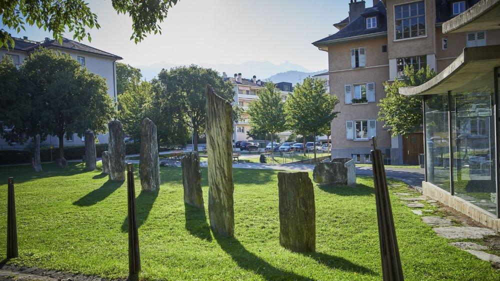 Installés dans une cour d'école, les menhirs du Petit-Chasseur ont perdu de leur intérêt historique.
