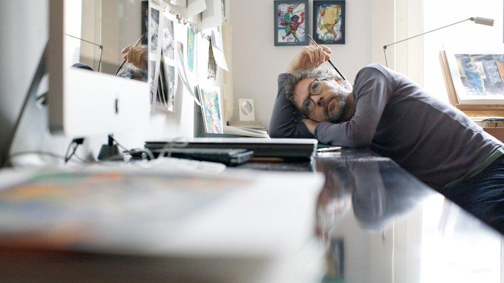 Le dessinateur Noyau en pleine phase de réflexion et de création.