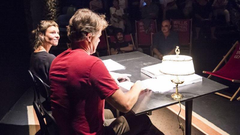 Pierre-André Milhit (chemise bleue, au premier rang du public) aura assisté à la quasi-totalité des 24 heures de lecture de ses poèmes, avant d'en lire la dernière heure dimanche matin. Il écoute ici attentivement les comédiens Mélanie Lamon et Olivier Werner.