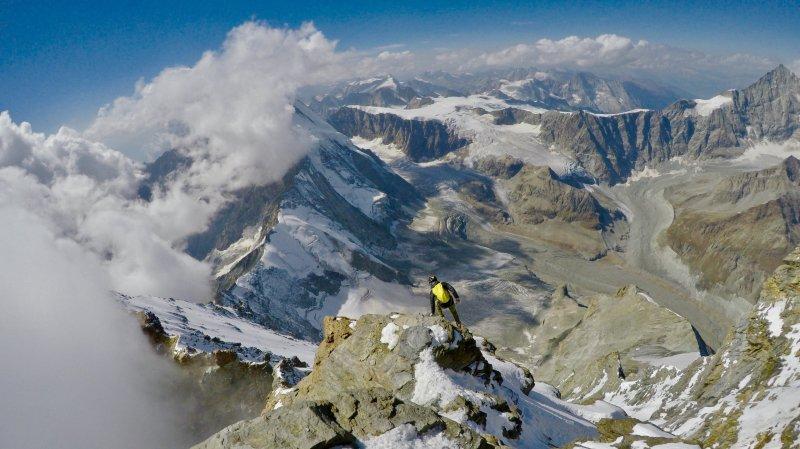 Le duo a battu de 9h26 le record établi jusque-là sur l'ascension des quatre arêtes. Sur la photo, François Cazzanelli au début de la descente de l'arête du Lion.
