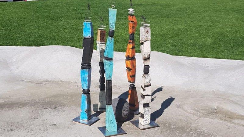 Les totems du Valaisan Stéphane Meier figurent parmi les œuvres exposées. Ou l'équilibre dans le déséquilibre.