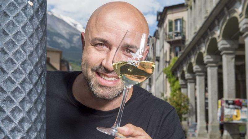 Fort du succès de son apéritif convivial post JO, Frédéric Recrosio offrira à chaque spectateur de sa revue un verre de bienvenue.