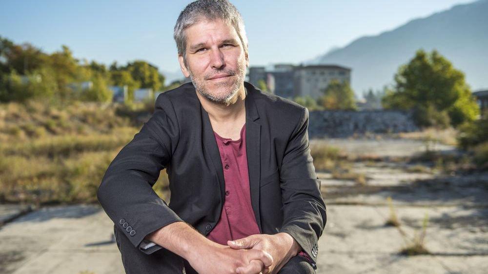 Directeur du Théâtre du Crochetan et metteur en scène, Lorenzo Malaguerra n'hésite pas à venir bousculer l'ordre établi.