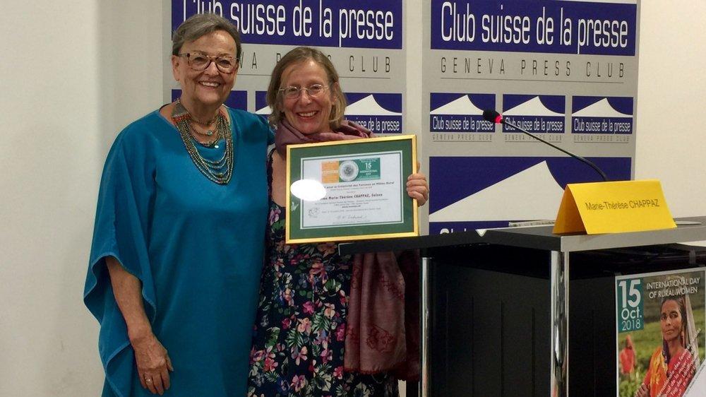 Marie-Thérèse Chappaz reçoit des mains de Elly Pradervand le Prix WWSF pour la créativité des Femmes en milieu rural.