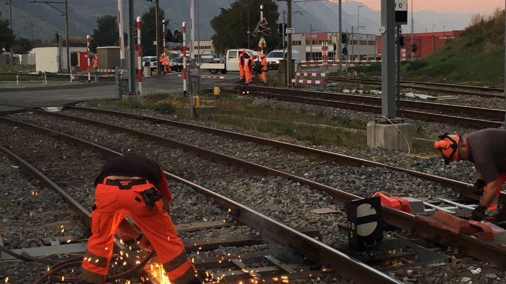 Dans la nuit de mercredi à jeudi, les équipes à pied d'œuvre ont notamment remplacé les installations sur le passage à niveau des Finettes et les raccordements industriels.