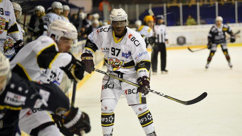 Auguste Impose, avec le numéro 97, sous le maillot du HC Ajoie la saison dernière.