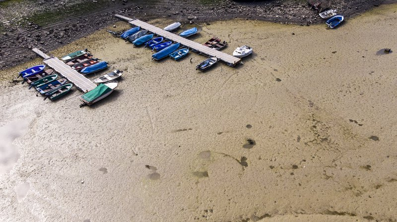 Climat: en images, l'impact de la sécheresse sur les lacs et cours d'eau alpins