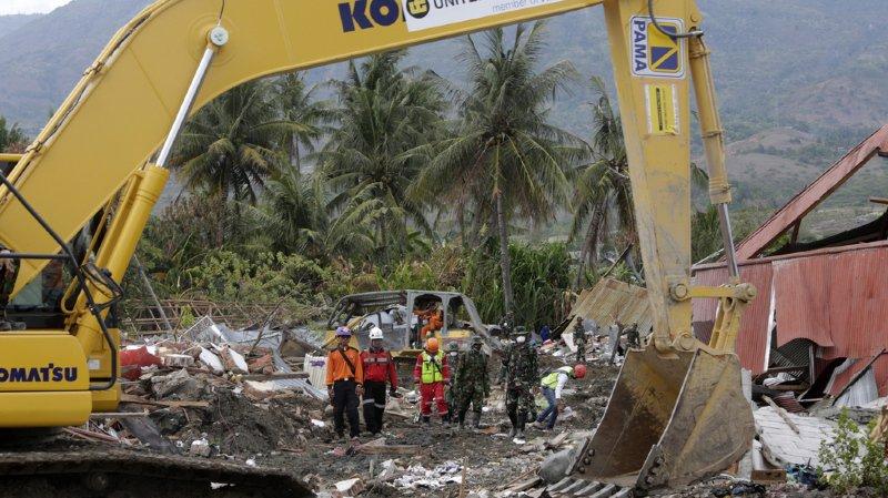Séisme en Indonésie: les autorités mettent fin aux recherches puis se ravisent à la demande des familles