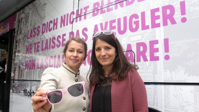 Blagena Poscio et Emilie Ballestraz vont à la rencontre de la population valaisanne dans le cadre de la campagne de prévention contre la traite des êtres humains.
